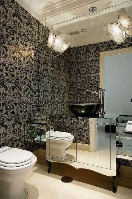 48. Inspiração de banheiro preto e branco com papel de parede e gabinete preto e branco