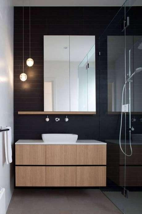53. Decoração de banheiro preto e branco com estilo minimalista, gabinete de madeira e pendentes redondos