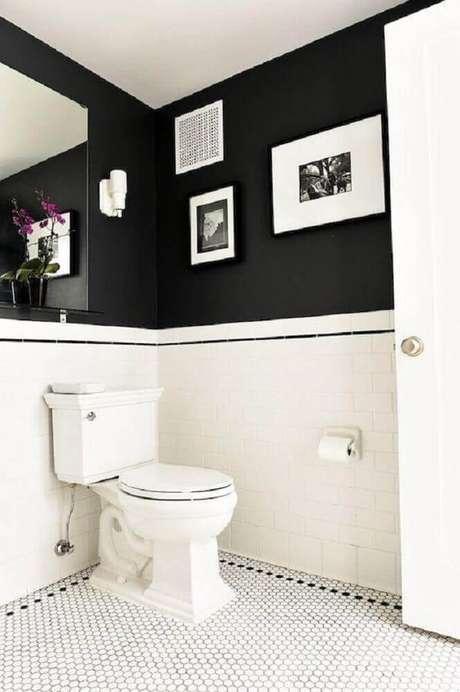 49. No banheiro preto e branco você pode dividir a parede utilizando as duas cores