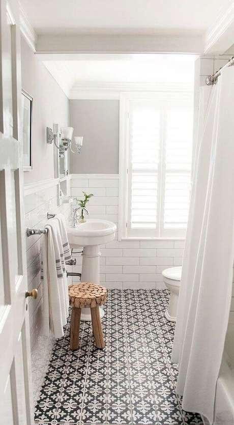 51. O piso estampado deixou o banheiro branco super charmoso