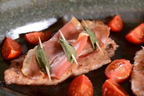 Bife com presunto e sálvia com tomates na frigideira