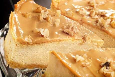Cheesecake coberto com doce de leite e nozes