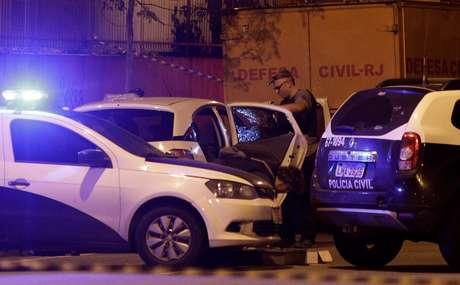 Peritos examinam carro em que estava a vereadora Marielle Franco, morta a tiros no Rio de Janeiro