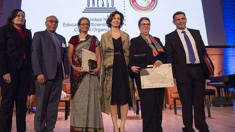 Dellagnelo com os premiados de Marrocos e Índia na Unesco; prêmio é voltado a ações de alcance amplo | Foto: Unesco