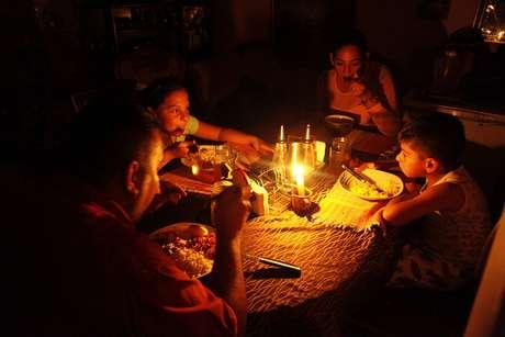 Lisney Albornoz e sua família usam velas para jantar em San Cristóbal  14/3/2018    REUTERS/Carlos Eduardo Ramirez