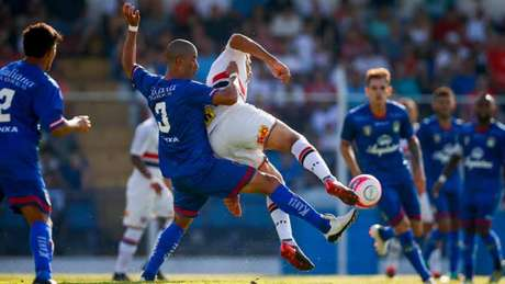 Diego Souza não consegue achar espaço para ser útil jogando no São Paulo (Marcelo Machado de Melo/Fotoarena)