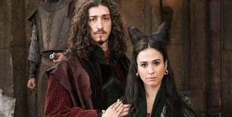O rei Rodolfo (Johnny Massaro) e a rainha Lucrécia (Tatá Werneck) de 'Deus Salve o Rei': trama medieval ainda não despertou o mesmo interesse do suspense policial 'Pega Pega'