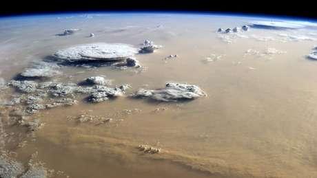 Nuvens de poeira e de vapor d'água sobre o deserto do Saara   Foto: Nasa Earth Observatory