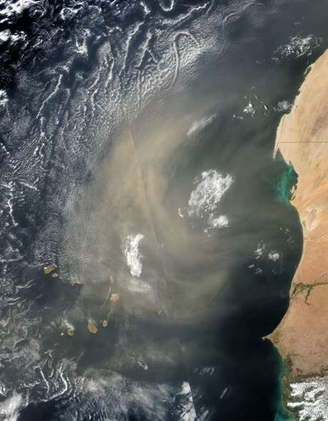 Foto de satélite mostra a onda de poeira se deslocando a partir da costa do norte da África   Foto: Nasa