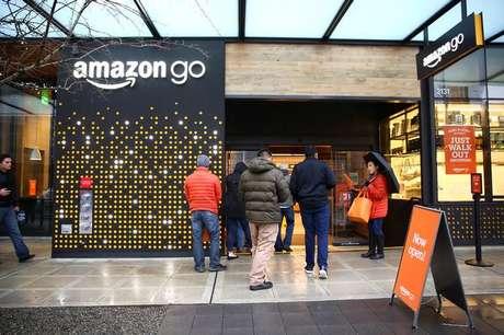 Pessoas na frente da loja Amazon Go em Seattle nos EUA 29/01/2018 REUTERS/Lindsey Wasson