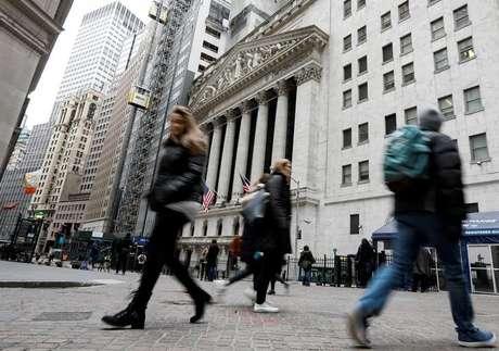 Pedestres caminham em frente à Bolsa de Valores de Nova York, em Wall Street, Nova York 06/02/2018 REUTERS/Brendan McDermid