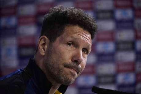 Diego Simeone vê seu time ficar ainda mais longe de conquistar a La Liga (Foto: Javier Soriano / AFP)