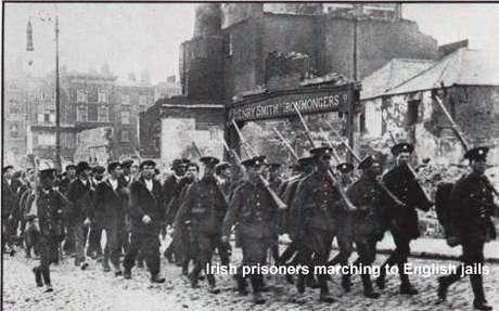 Prisioneiros marchando sob apupos dos compatriotas (abril de 1916)