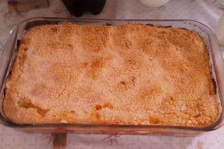 Cuca de galinha salpicada com farinha de rosca e queijo parmesão
