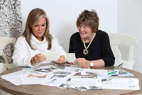 A genealogista Julia ajudou Anthea a descobrir detalhes sobre suas origens