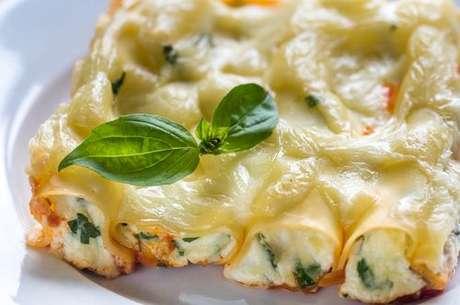 Canelone recheado com ricota e espinafre coberto com queijo derretido