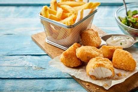 Kibbeling: petisco holandês servido com molho e batata frita