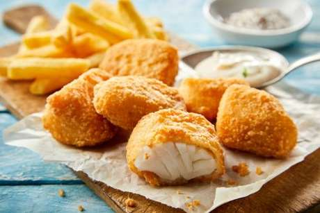 Pedaços de bacalhau fresco empanados e fritos