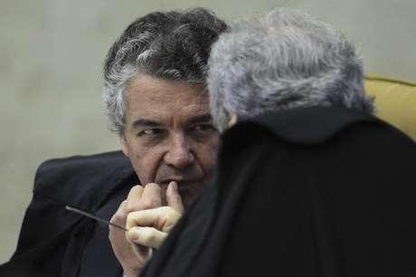 Ministro do Supremo Marco Aurelio Mello conversa com ministro Ricardo Lewandowski durante julgamento 28/11/2012 REUTERS/Ueslei Marcelino