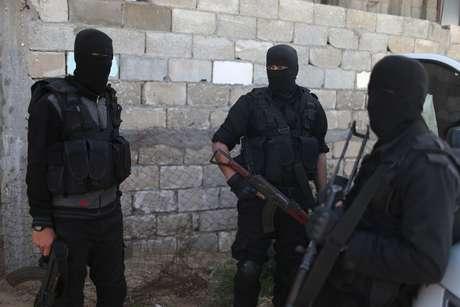Homens de força de segurança palestina leal ao Hamas durante operação para prender suspeito de tentativa de assassinato de premiê palestino Hamdallah em Gaza 22/03/2018 REUTERS/Ibraheem Abu Mustafa