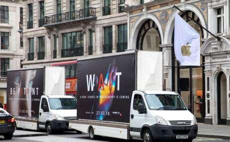 Caminhões da Huawei em Londres (Reprodução: The Inquirer)