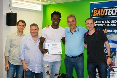 Heltton recebe certificado do jornalistaFlávio Prado, de azul celeste, após 12 meses de estudo (Foto: Arquivo pessoal)
