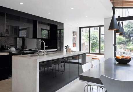 41. Armário de cozinha preto com ilha