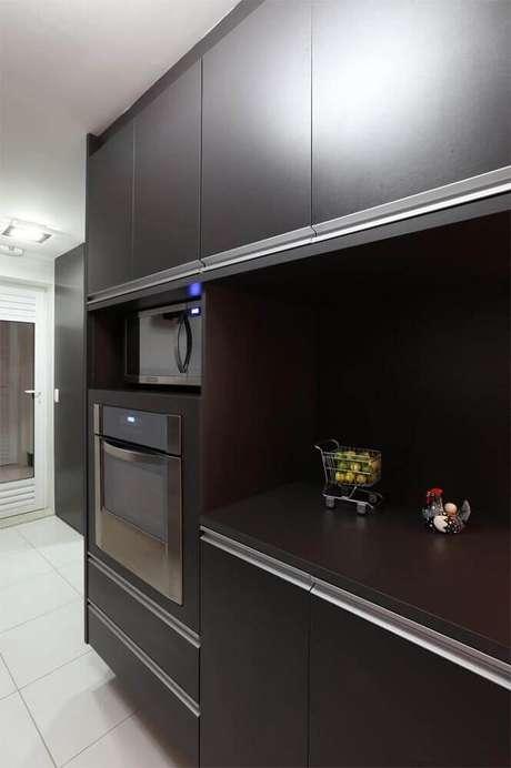 2. Para ambientes pequenos opte por uma cozinha planejada preta