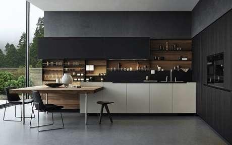 31. Linda cozinha planejada preta com detalhes de madeira