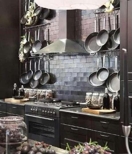 55. Cozinha planejada preta com ganchos para itens de cozinha