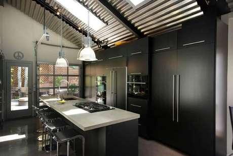 21. Modelos de pendentes para cozinha planejada preta