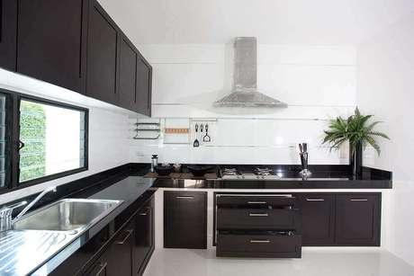 38. Cozinha planejada preta e branca