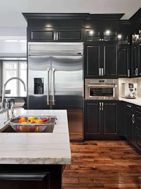 19. A decoração de cozinha preta com bancada de mármore sempre fica sofisticada