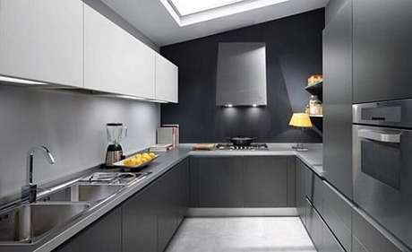30. Cozinha planejada preta com clarabóia