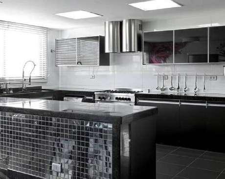 8. O inox pode trazer ainda mais modernidade para a cozinha preta decorada