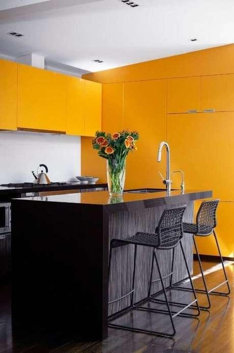 26. Decoração de cozinha preta e amarela com ilha