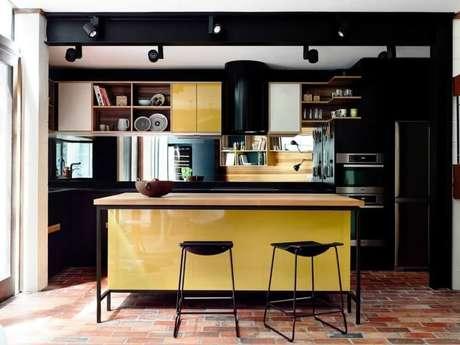 22. Inspiração de cozinha preta e amarela moderna com ilha