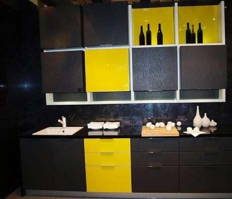 12. Cozinha planejada preta e amarela