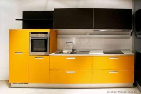 44. Cozinha preta e amarela