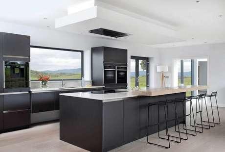 20. Cozinha preta e branca com bastante iluminação