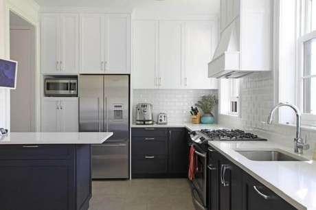 25. Cozinha preta e branca com ilha