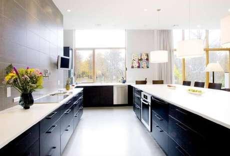 24. Linda inspiração de cozinha preta e branca bem iluminada