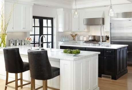 9. Cozinha preta e branca com decoração clássica e bonita