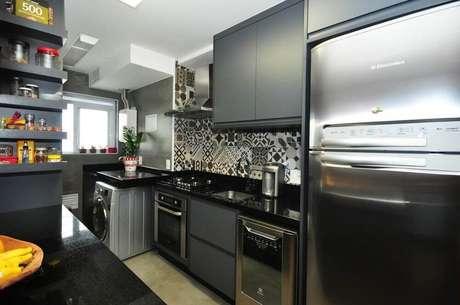 34. Decoração com azulejo estampado para cozinha com armário de cozinha preto e cinza