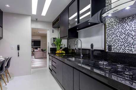 43. Decoração de cozinha planejada preta com pastilhas