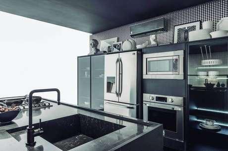 46. Decoração de cozinha planejada preta com papel de parede