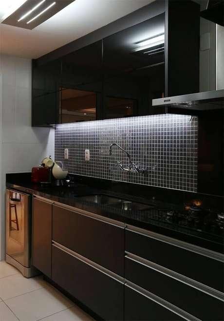 35. Armário de cozinha preto com luz de LED embutida