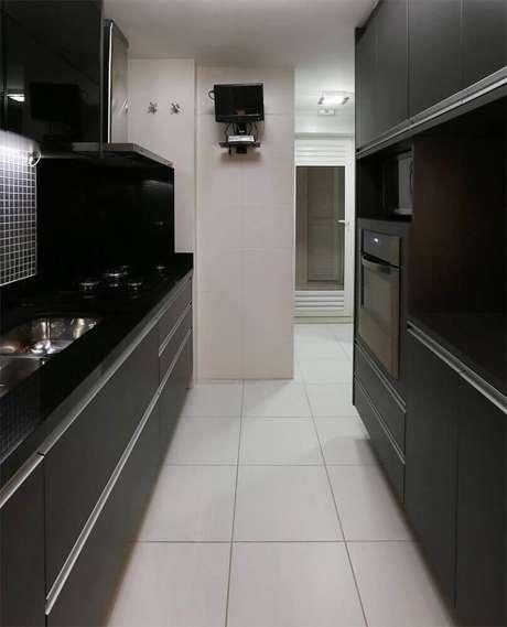 11. Decoração de cozinha preta e branca com armário de cozinha preto.