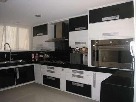36. Cozinha planejada preta e branca