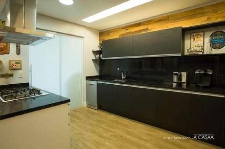 47. Armário de cozinha preto planejado